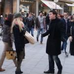Manroots Kunden in Aktion beim Frauen ansprechen.